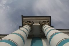 Le colonne barrate aumentano fino al cielo immagini stock