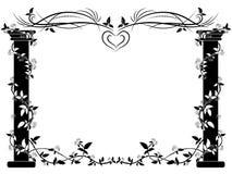 Le colonne in bianco e nero si sono intrecciate con le rose dai lati dell'immagine e dell'ornamento floreale sulla cima Fotografie Stock Libere da Diritti