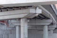 Le colonne del ponte che sostengono portata fotografia stock libera da diritti