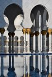 Le colonne di grande moschea in Abu Dhabi Fotografia Stock Libera da Diritti