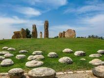 Le colonne di pietra stanno in un cerchio in un parco in Israele immagini stock