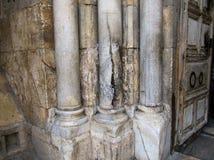 Le colonne di pietra tramite l'entrata alla chiesa del sepolcro santo Gerusalemme, Israele fotografie stock libere da diritti