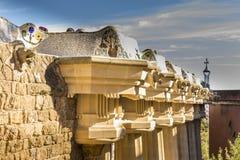 Le colonne doriche sostengono il tetto di Sala Hipostila, il terrazzo centrale, con il banco del serpente di mare intorno al suo  immagine stock libera da diritti