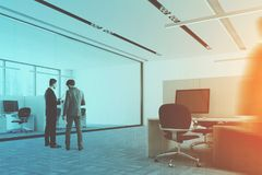 Le colonne interne dell'ufficio blu del pavimento parteggiano, la gente Immagini Stock