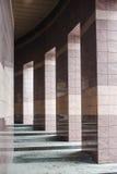 Le colonne quadrate in una costruzione moderna hanno allineato con le mattonelle Fotografia Stock Libera da Diritti