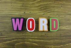 Le ` coloré de Word de ` de mot au-dessus de la surface de conseil en bois photos libres de droits