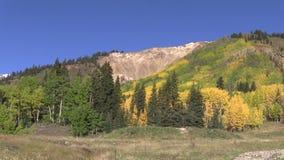 Le Colorado Rocky Mountains dans l'automne banque de vidéos