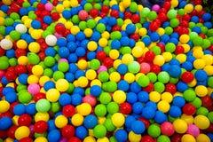 Le colorfull de boule de couleur pour des enfants centre mou de boule en plastique colorée dans le terrain de jeu pour l'enfant images stock