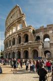 Le colosseum et les touristes à Rome Photos stock