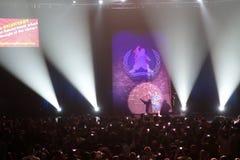 Le comédien, pelucheux, Gabriel Iglesias salue des fans à la fin de s Image libre de droits