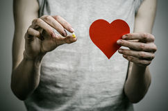 Le combat contre des drogues et le sujet de toxicomanie : adonnez-vous à tenir les pilules narcotiques sur un fond foncé photographie stock