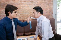 Le combat d'homme d'affaires et sont en désaccord au sujet du marketing d'affaires dans le RO Photos libres de droits