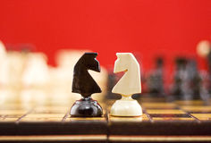 Le combat des chevaliers d'échecs photos stock