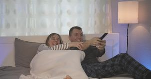Le combat pour l'à télécommande de la TV banque de vidéos