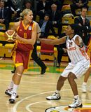 Le combat pour la bille. Euroleague 2009-2010. Image stock