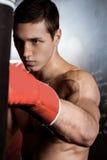 Le combattant masculin gai s'exerce avec photo stock