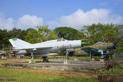 Le combattant soviétique MIG-21 et un combattant américain AD-6 (Douglas A-1 Skyraider) Image libre de droits