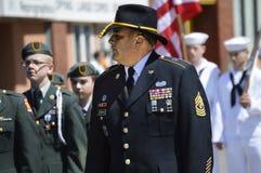 Le commandant marche avec des cadets dans le défilé Image libre de droits