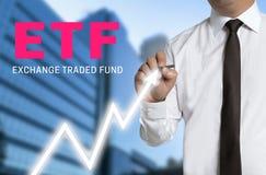 Le commerçant d'ETF dessine le prix du marché sur l'écran tactile Images libres de droits