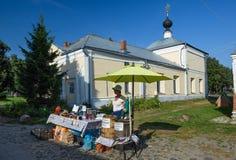 Le commerce de rue devant l'église de Kazan Suzdal, Russie Image stock