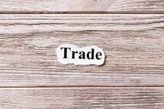 Le commerce du mot sur le papier Concept Mots du commerce sur un fond en bois photographie stock libre de droits