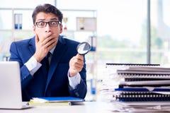 Le commissaire aux comptes recherchant des erreurs dans les relevés des compte financier  photo libre de droits