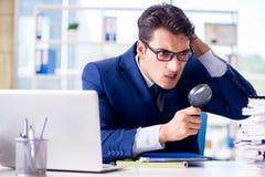Le commissaire aux comptes recherchant des erreurs dans les relevés des compte financier  photographie stock
