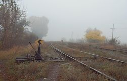 Le commutateur de chemin de fer de style ancien, installation mécanique pour guider s'exerce d'une voie de chemin de fer à l'autr photos stock
