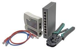 Le commutateur de réseau, le câble d'Ethernet, le sertisseur et le RJ45 câblent l'appareil de contrôle images libres de droits
