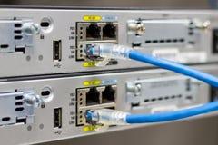 Le commutateur de réseau dans le support, câbles de réseau relient le port de module de SFP photos libres de droits