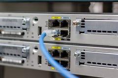 Le commutateur de réseau dans le support, câbles de réseau relient le port de module de SFP photo stock