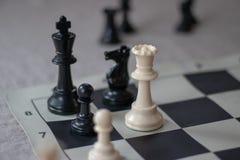 Le compagnon d'échecs avec la reine et le gage, font échec et mat ! photos stock