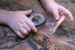 Le compas dans les deux petites mains Photos libres de droits