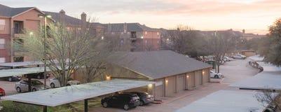 Le complexe d'appartements typique de vue panoramique avec le garage isolé, a couvert les parkings au lever de soleil photo libre de droits