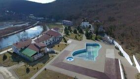 Le complexe d'hôtel parmi les montagnes et les forêts clips vidéos