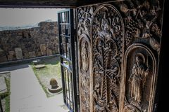 Le complexe de temple d'un monastère chrétien antique et des portes décoratives avec des bas-reliefs dépeignant des saints photo stock