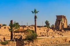 Le complexe de temple de Karnak comporte le vaste mélange des temples délabrés, des chapelles, des pylônes, et d'autres bâtiments photos stock