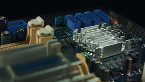 Le componenti della scheda madre stanno filando su un fondo nero, sulle scanalature di sata e su RAM archivi video