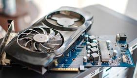 Le componenti di un desktop computer personale una scheda video smontata del bordo con un più fresco si trova sul caso di un pers fotografia stock libera da diritti