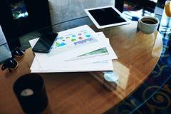 Le comprimé et le téléphone portable de Digital avec la copie espacent le For Your Information d'écran ou le contenu promotionnel Photos libres de droits