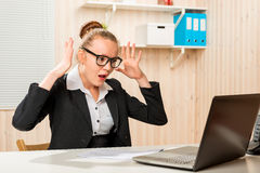 Le comptable émotif de renversement a découvert la gaffe dans le programme images stock