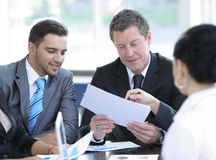 Le comptable de société dit au sujet des questions lors d'une réunion de fonctionnement image libre de droits