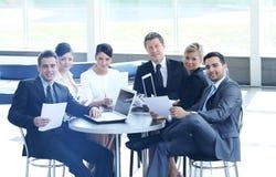 Le comptable de société dit au sujet des questions lors d'une réunion de fonctionnement Images stock
