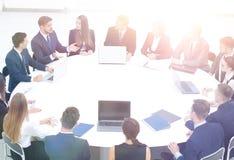 Le comptable de société dit au sujet des questions lors d'une réunion de fonctionnement Photo libre de droits