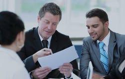 Le comptable de société dit au sujet des questions lors d'une réunion de fonctionnement Photos stock