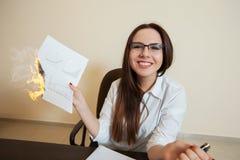 Le comptable de sourire brûle les documents financiers Images stock