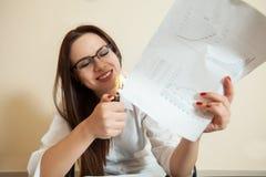 Le comptable féminin brûle des documents comptables images libres de droits