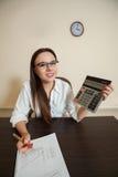 Le comptable féminin de sourire a réduit l'équilibre Photographie stock libre de droits