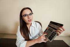 Le comptable féminin de sourire a réduit l'équilibre Photographie stock