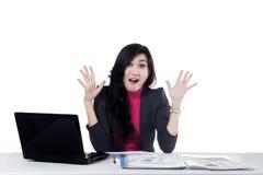 Le comptable féminin semble étonné Photographie stock libre de droits